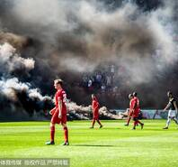 烟雾缭绕!球迷乱扔烟火场面如同大片