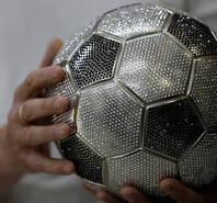 俄罗斯一商店用水晶嵌满足球 星光闪闪璀璨夺目