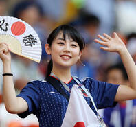 日本清纯美女领衔 球迷赛前热情助威