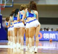 篮球宝贝扭腰热舞 激情助威大秀身材