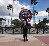 邓亚萍美国参观 上演模仿秀