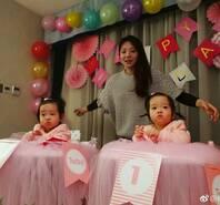 杨威双胞胎女儿周岁 两娃长得太像爹