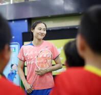 亲和力十足!王仪涵与青少年切磋球技