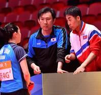 珍贵的瞬间!朝韩教练共同指导一幕