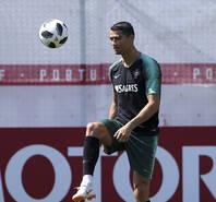 葡萄牙队训练 C罗认真应对