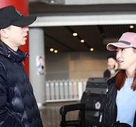 国乒夺冠载誉归来 马龙刘诗雯机场热聊