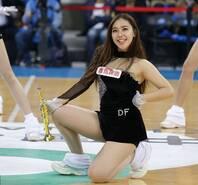 篮球宝贝穿黑丝透视装 跪地忘我热舞
