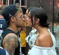 恩爱!内马尔与女友当街接吻不避嫌