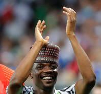 尼日利亚队赛后谢场 穆球王戴帽庆祝