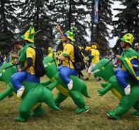 """美洲美女来袭 巴西球迷欢乐骑""""恐龙"""""""