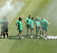 澳大利亚训练多定位球 场边开喷雾降温
