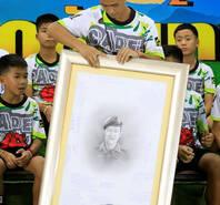泰国足球少年亮相 为牺牲救援队员默哀