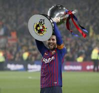 巴萨斩获西甲第26个冠军!梅西高举奖杯