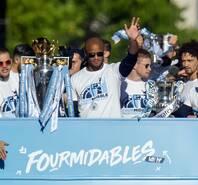 满城尽是一片蓝!曼城夺冠庆典举行