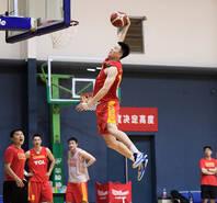 中国男篮集训:周琦丁神归位 20岁小将秀爆扣