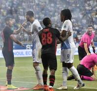 欧联杯爆发冲突 裁判被爆炸物袭击受伤离场