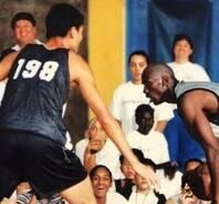 極罕見同框!18歲的姚明PK籃球之神