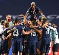 巴黎首次杀入欧冠决赛 内马尔跪地庆祝