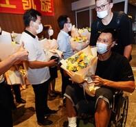 易建联抵达广州,坐轮椅上手持鲜花
