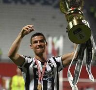 首夺意大利杯冠军,C罗高举奖杯庆祝