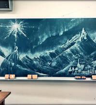日本高中生在黑板上绘制《冰雪奇缘》