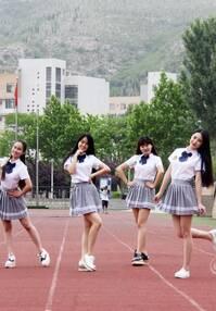 """高清组图:女生穿学生装拍照 获赞""""最美宿舍照"""""""