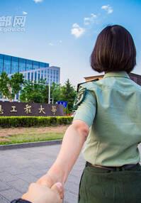 """高清组图:女学员穿军装""""牵""""你逛遍解放军信工大"""