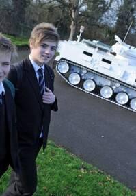 开豪车的弱爆了:军事迷父亲开坦克接送儿子上学