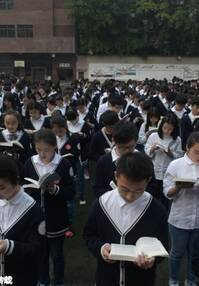 重庆一中学3000学生操场上读书
