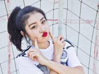 足球宝贝烈焰红唇秀性感 助威世界杯