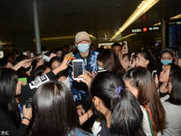 宁泽涛机场遭粉丝围堵 淡定摘口罩签名