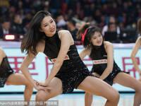 篮球宝贝火辣热舞 点燃赛场激情
