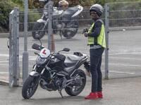 不跑步了?博尔特变身酷炫摩托车手