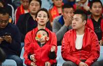 中国球迷加油助威国足