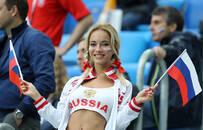 香艳!俄罗斯美女球迷送飞吻露事业线