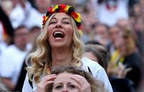 激动!德国绝杀后球迷欢呼百态