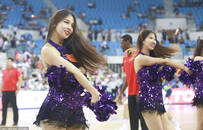 中斯男篮对抗赛 拉拉队热舞惊艳全场