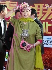 """杨丽萍新造型似""""铜钱头"""""""