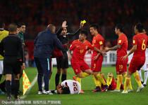 中国vs卡塔尔赛场:梅方飞铲引冲突