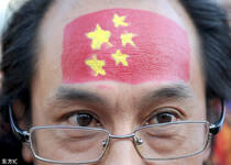 中国球迷国足场外纪念余旭