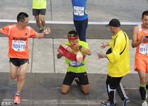2015北京马拉松鸣枪开跑 超30000名选手参赛