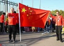 球迷场外挥舞国旗 为国足集结造势
