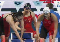 女子4×100混中国时隔6年再夺冠 众女将喜极而泣