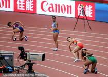 女子100米接力中国队交接棒失误 无缘决赛