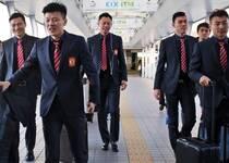 恒大出征横滨战巴萨 西装黑超变型男团