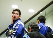 阿根廷抵达新泽西备战友谊赛 梅西抚脸回眸一笑