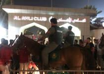 恒大球迷场内被安保带离 场外惨遭警察踢打