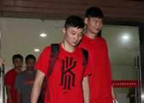 中国男篮继续封闭训练 队员低调走出球馆