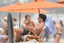 秀恩爱!胡梅尔斯携娇妻海滩晒日光浴