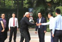 来了!里皮抵达广州 蔡振华许家印迎接